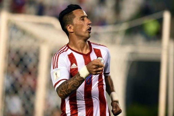 Lucas Barrios viene en racha a enfrentar a Chile / imagen: AFP