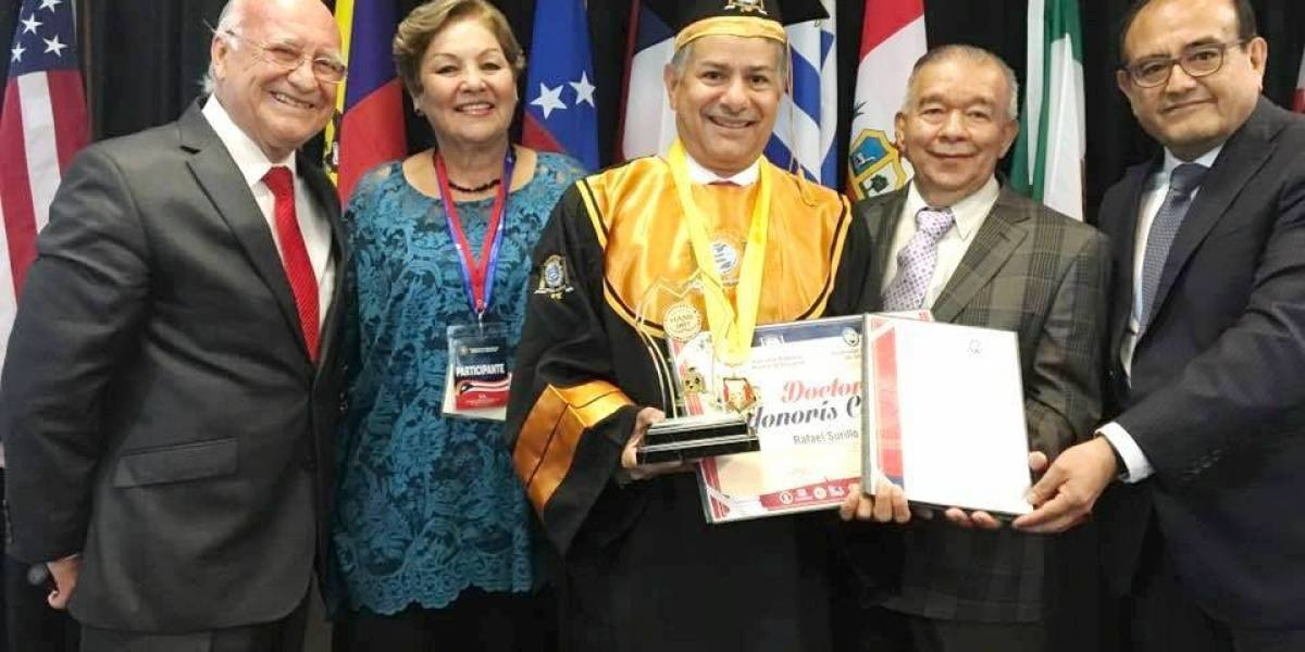 Alcalde de Yabucoa recibe doctorado Honoris Causa de universidad boliviana
