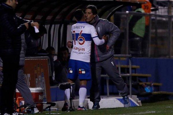 Mario Salas felicitando a Jeisson Vargas tras sacarlo del campo ante Huachipato / Agencia UNO