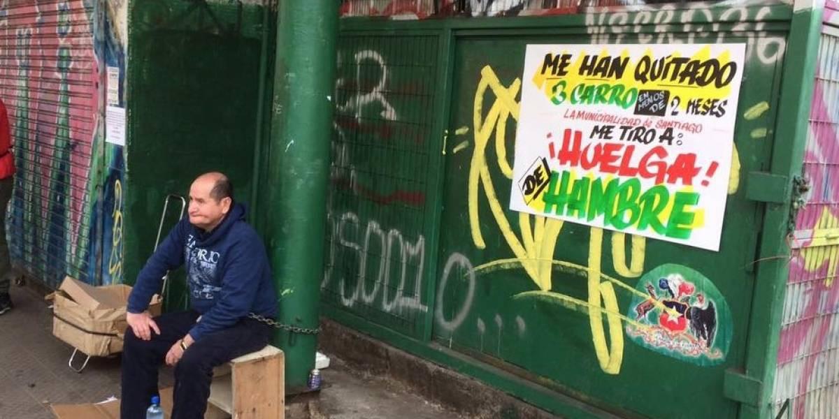 """La batalla que enfrentó al popular """"tío de las sopaipillas"""" con la Municipalidad de Santiago"""