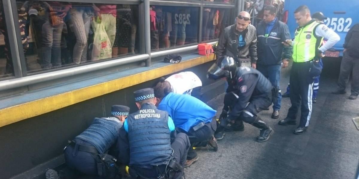 Mujer sufrió accidente en corredor sur occidental en Quito