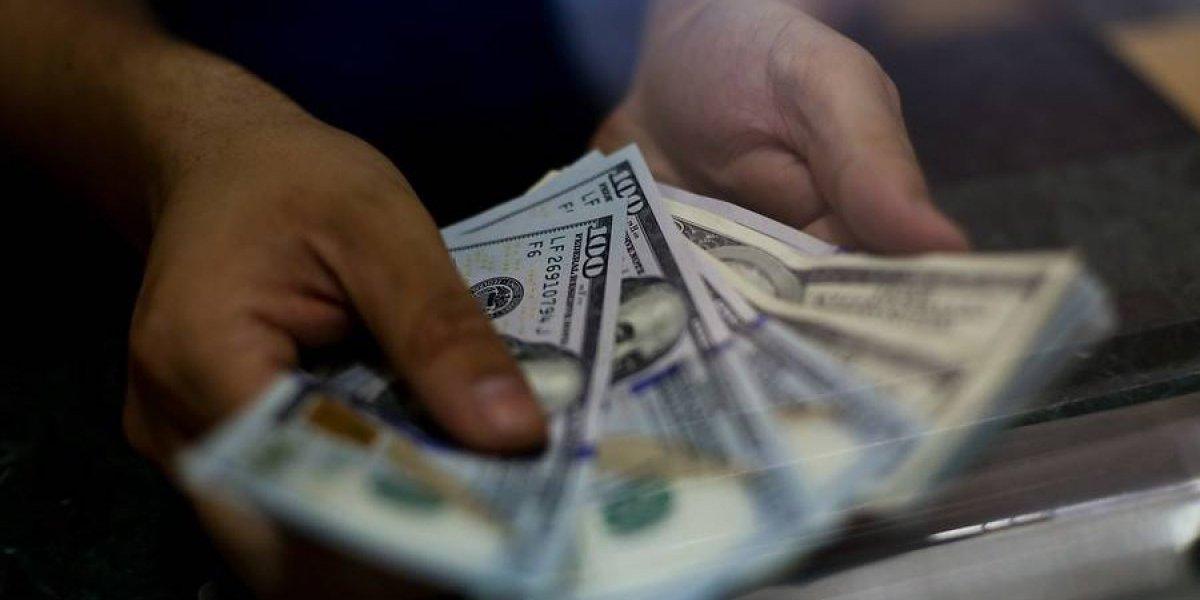 Operadores financieros estiman que el dólar cierre el año en $650