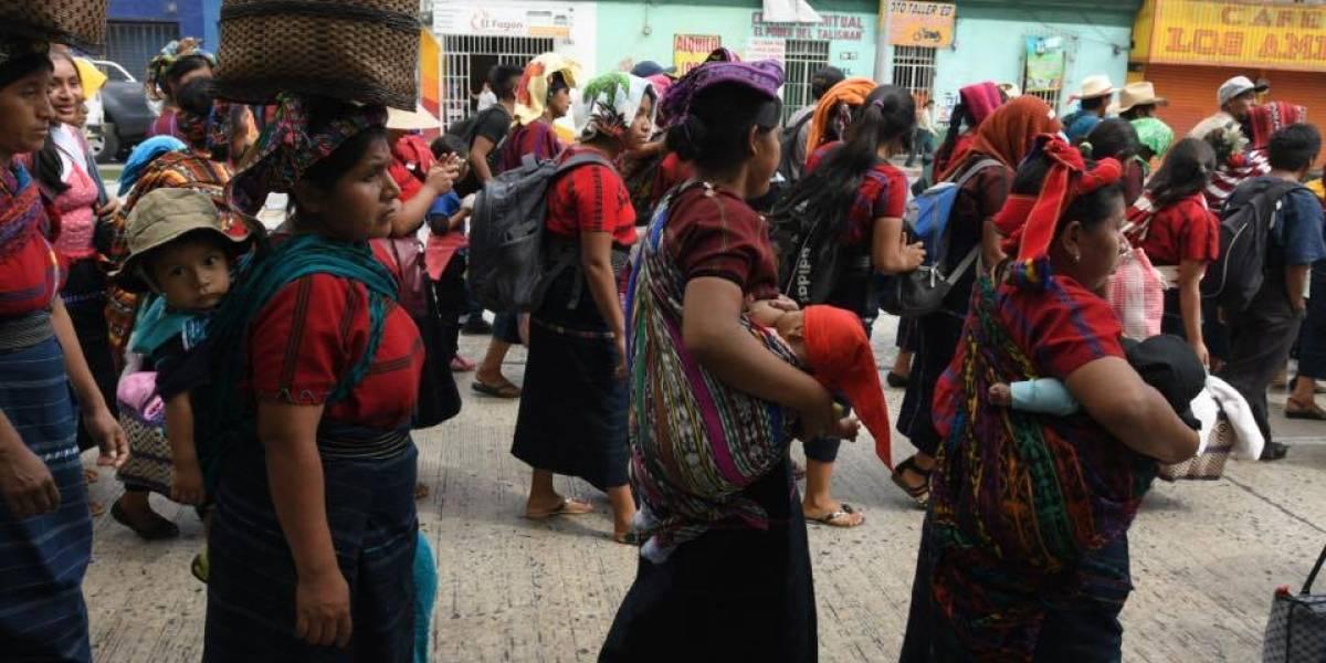 Realizan caminata en la ciudad capital por tema de tierras