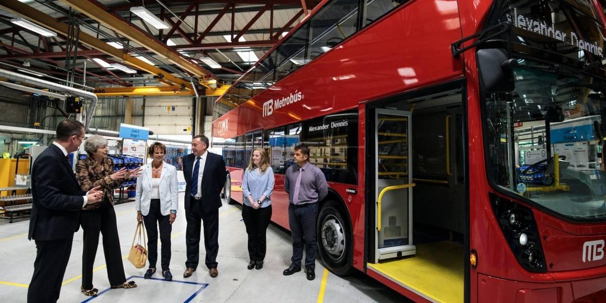 Theresa May celebra contrato de compra de unidades de Metrobús para la CDMX