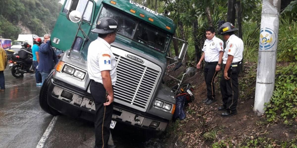 Tráiler derrapa en cuesta Villa Lobos y arrastra a motorista