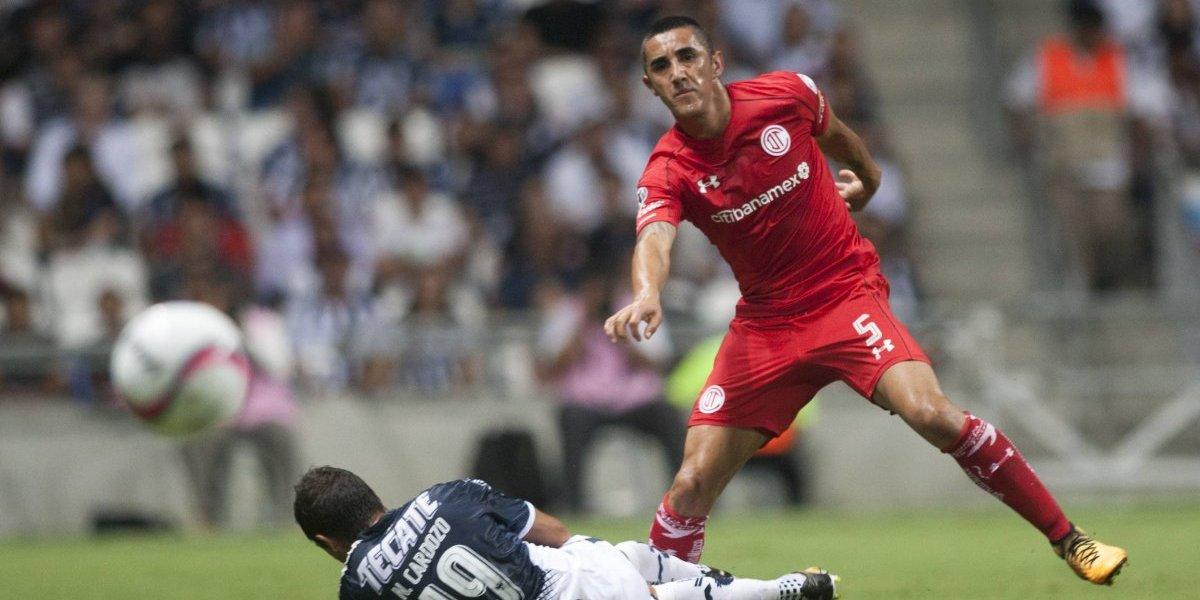 La preocupación se toma Juan Pinto Durán: Osvaldo González se lesionó en derrota del Toluca