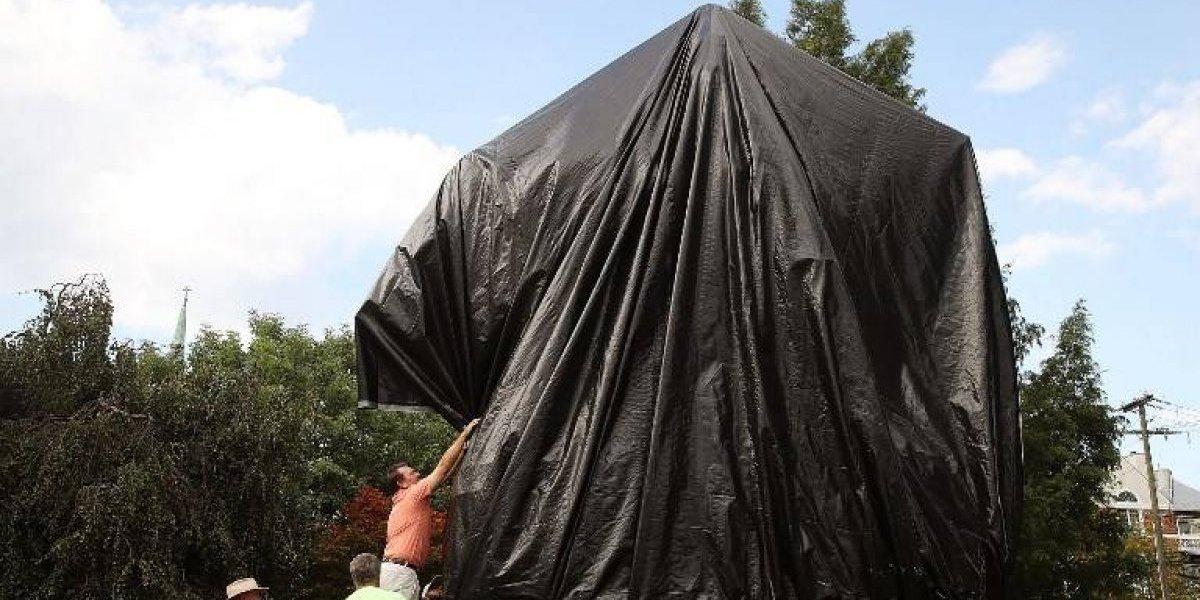 Charlottesville se cuadra contra el racismo y tapan con lona negra estatua de general confederado Robert Lee