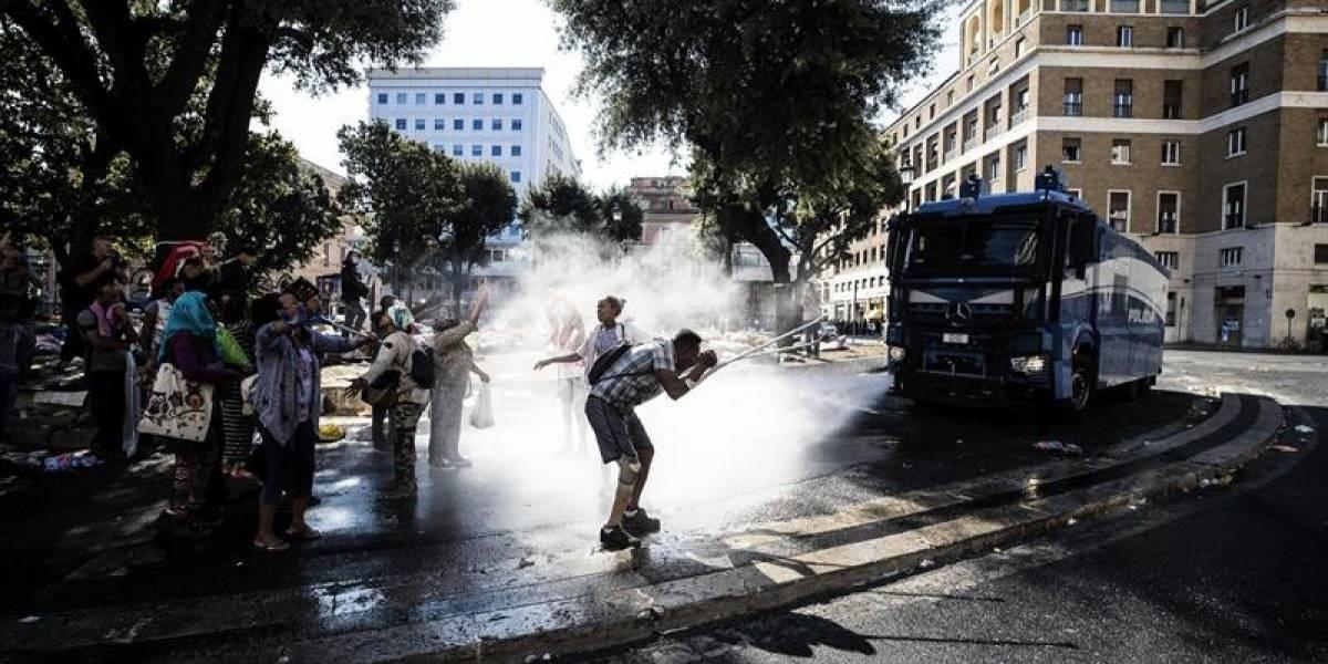 Fuertes enfrentamientos en Roma: La policía usa cañones de agua para desalojar de una plaza a un grupo de refugiados
