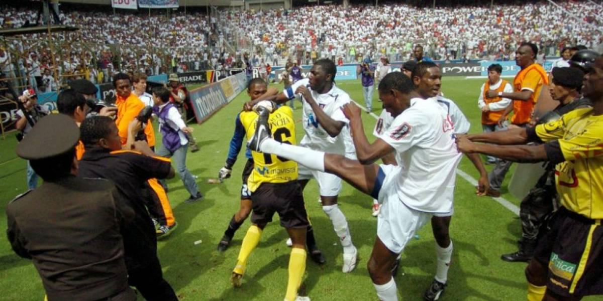 ¿Cuál fue la causa de la batalla campal entre Liga de Quito y Barcelona SC?