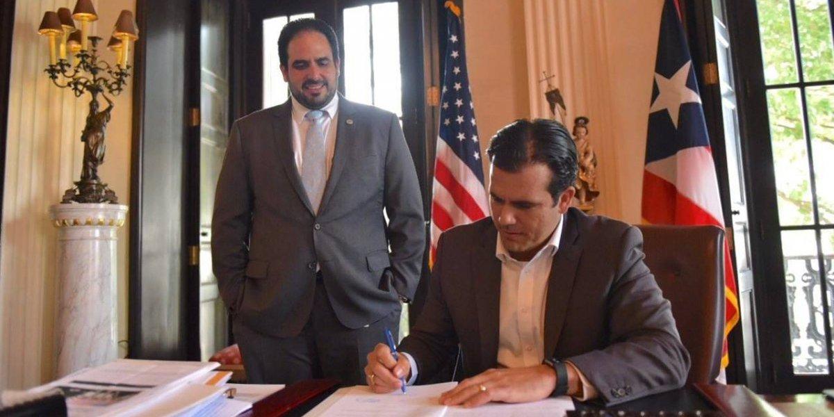 Rosselló firma ley para reestructuración del Banco Gubernamental de Fomento