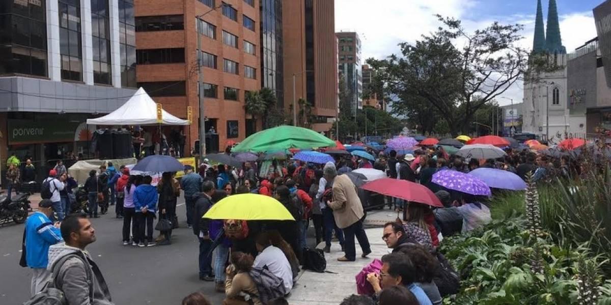 Docentes protestan en Bogotá exigiendo mejores condiciones salud