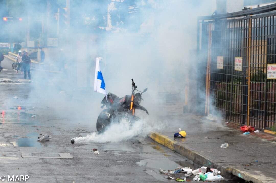 Una moto de los Cascos Azules, en plena manifestación.