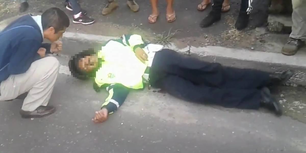 VIDEO. Hombre eleva oraciones junto al agente gravemente herido entre caos por ataque armado