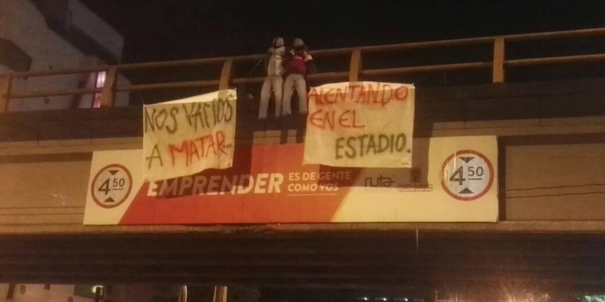Hinchas de Medellín calentaron el 'clásico paisa' con muñecos en los puentes