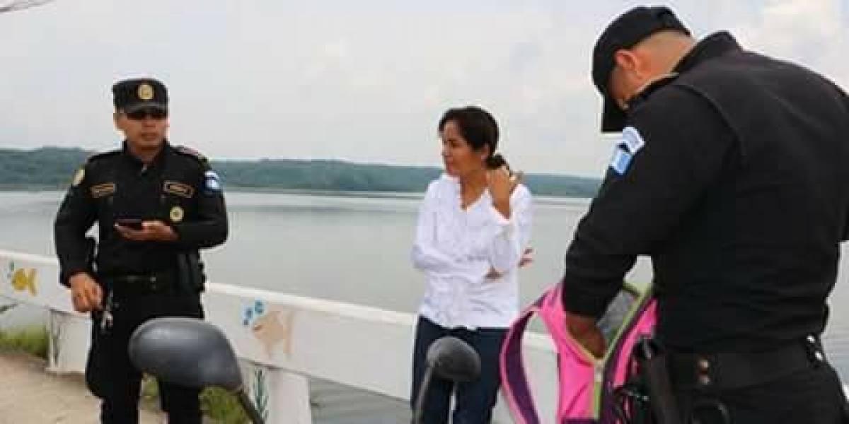 La sorprenden lanzando basura y zapatos viejos al lago Petén Itzá y recibe escarmiento