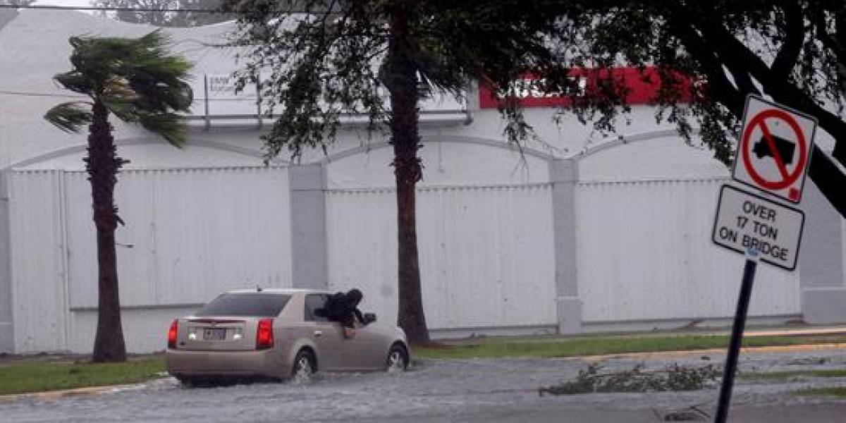 Harvey a punto de convertirse en huracán categoría tres
