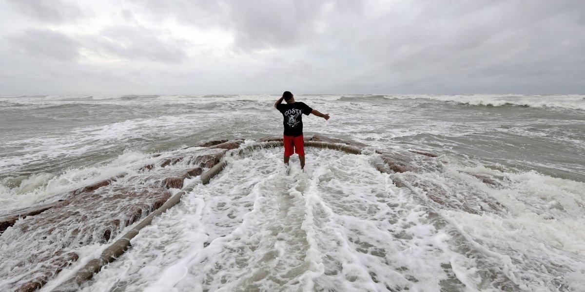 Texas se prepara para recibir a 'Harvey'; ya es huracán categoría 3