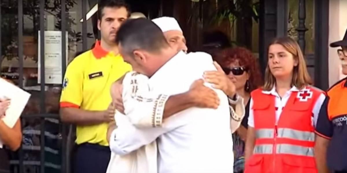 El emotivo abrazo de reconciliación entre un imán y el padre de la víctima más pequeña de los atentados en España