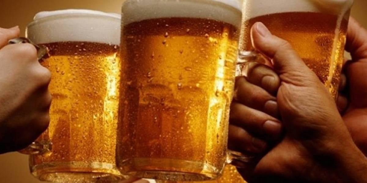 Gane media botella de tequila, un tatuaje y mucho más bebiendo cerveza