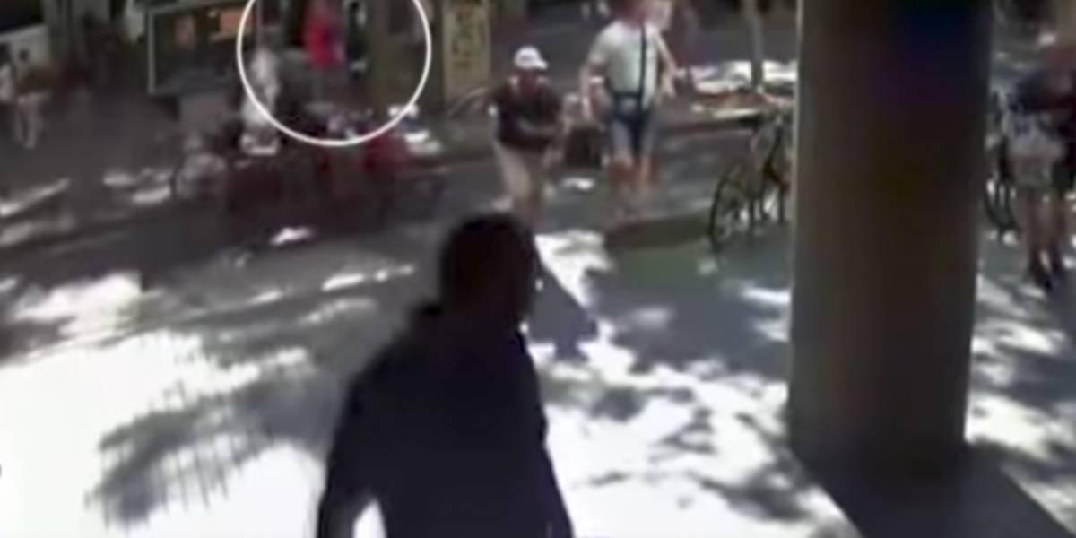 Impactante video muestra como transeúntes logran escapar del paso de la furgoneta en el atentado de Barcelona