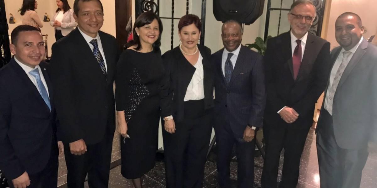 """Funcionarios y empresarios """"amigos"""" despiden a embajador Todd Robinson"""