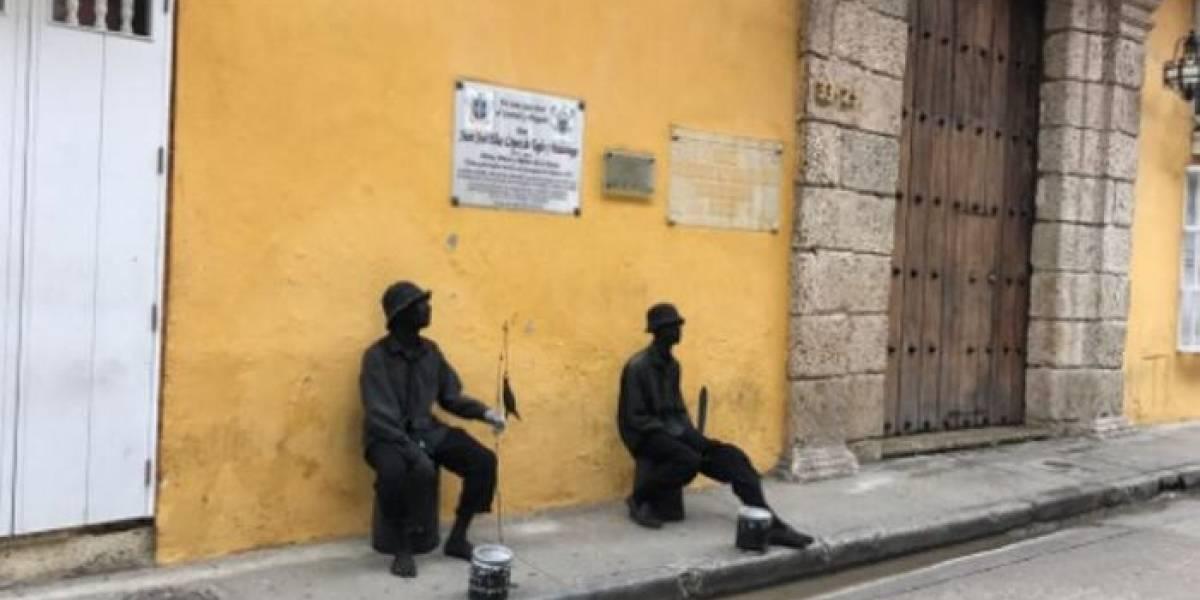Mamá obligó a estatua humana a entregarse por el robo