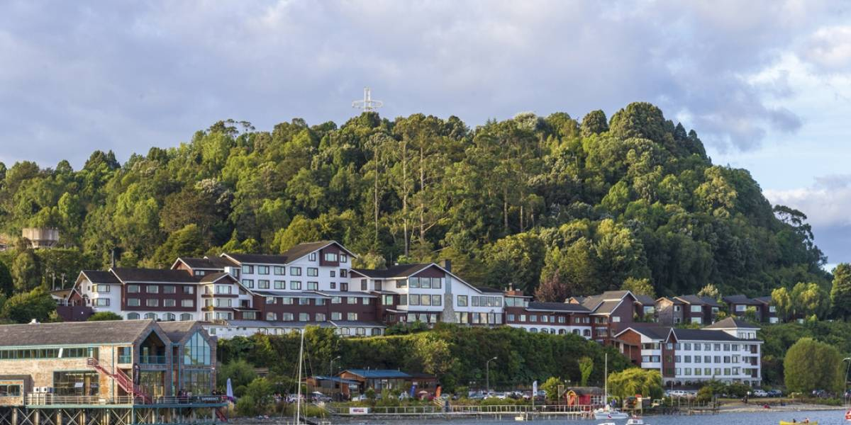 Hotel Cabaña del Lago: Maderas nativas +piedra volcánica