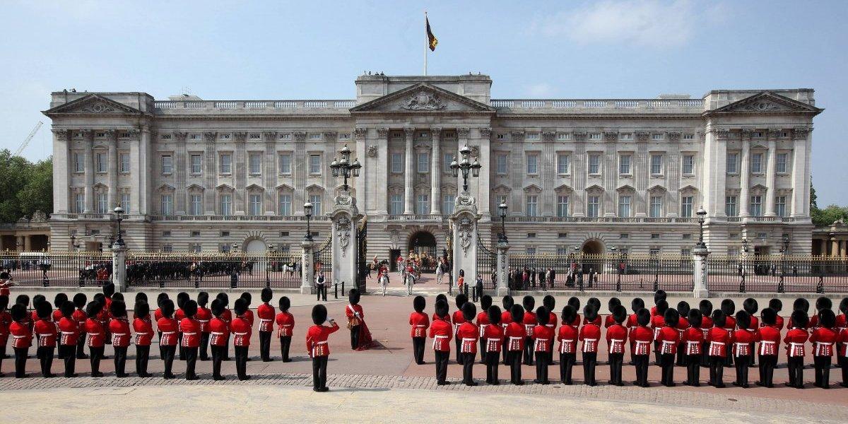 Hombre ataca a policías con un cuchillo afuera del Palacio de Buckingham
