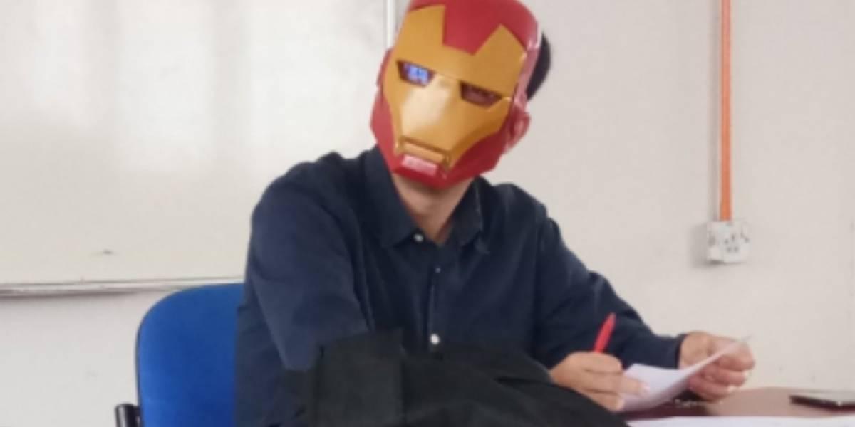 ¿Cuál será su súper poder?: Profesor usa máscara de Iron Man cuando corrige pruebas para no poner nerviosos a alumnos