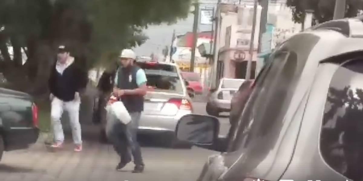VIDEO. Con pistola en mano, delincuentes aprovechan el tráfico para asaltar