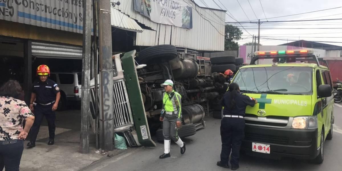 """Por un """"beso"""", piloto de tráiler se distrae y da vuelta en Calle Martí"""