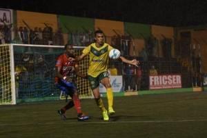 Rodrigo Cubilla domina el balón