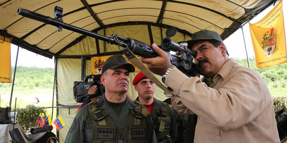 """Maduro pide a militares """"aceitar"""" fusiles frente a """"amenazas"""" de EEUU a Venezuela"""