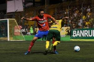 Carlos Kamiani pelea la pelota
