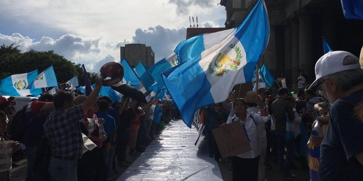"""EN IMÁGENES. Guatemaltecos regresan a """"La Plaza"""" en apoyo a Thelma Aldana e Iván Velásquez"""