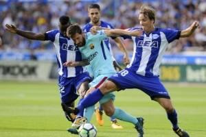 Messi busca dejar a un rival en el camino