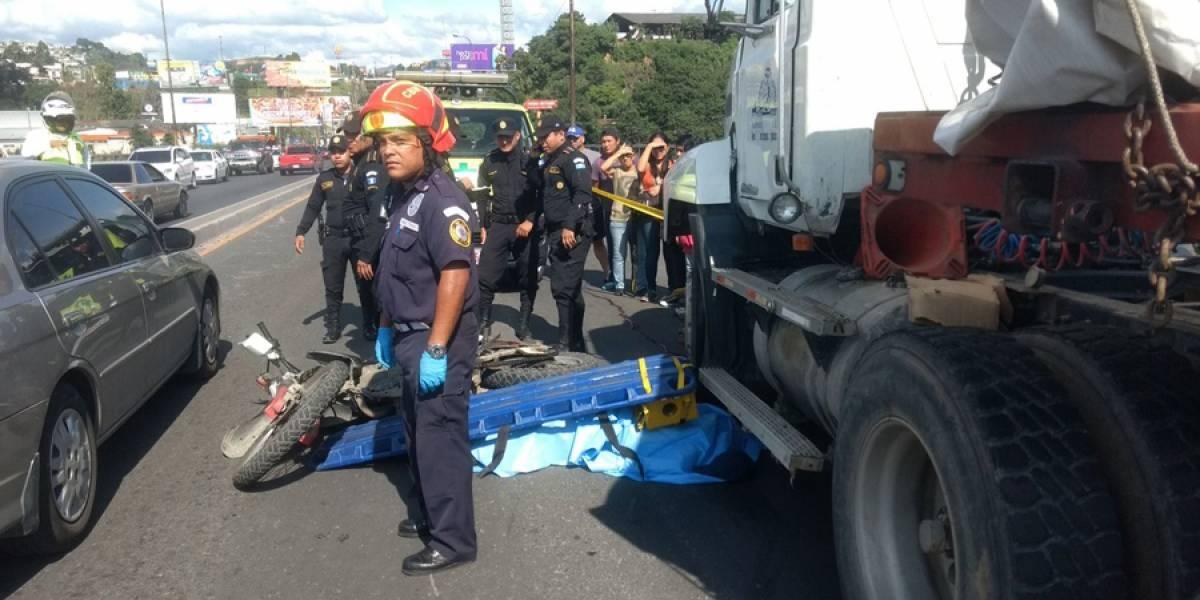 Motorista muere tras chocar contra un trailer en puente Belice
