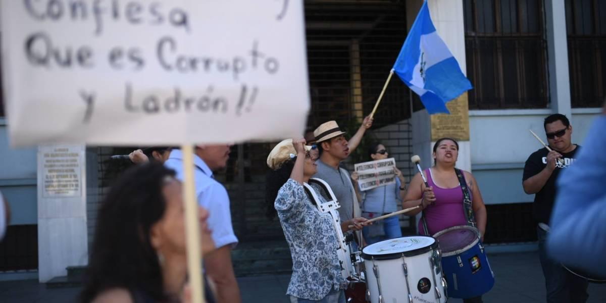 """EN IMÁGENES. Guatemaltecos se unen y claman en calles del país """"Iván se queda"""""""
