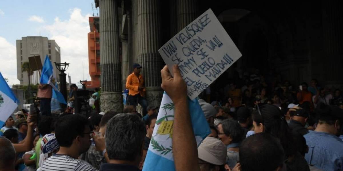 Con duros mensajes, manifestantes declaran non grato al Presidente