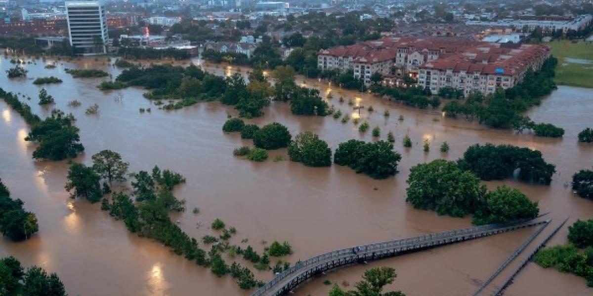 Houston amanece inundado tras continuo paso de Harvey