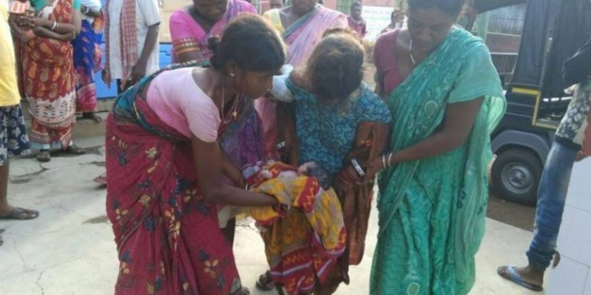 India de 17 años da a luz  junto a centro médico y nadie la socorre