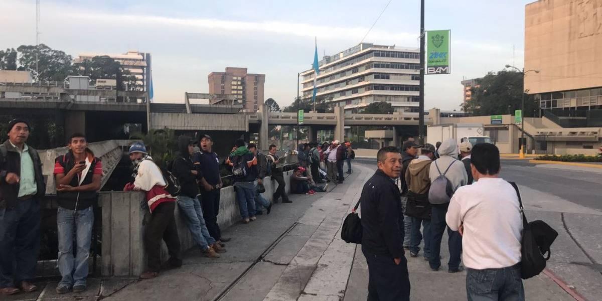 Codeca realiza plantón frente a la CSJ en apoyo a Velásquez