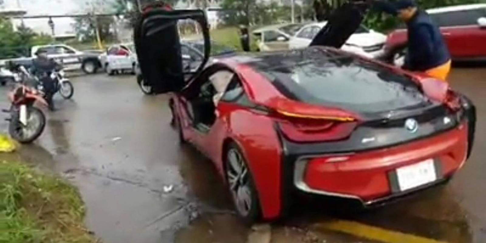 Asesinan a hombre dentro de un auto de lujo en calles de Zapopan