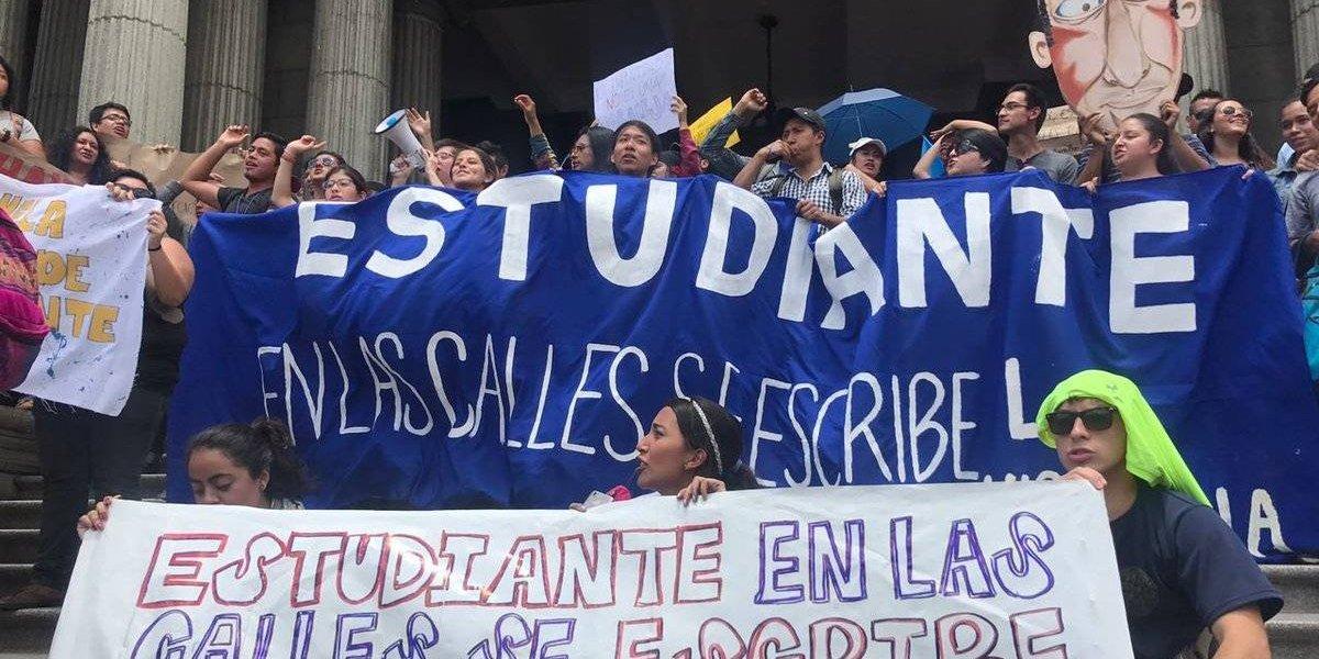 Estudiantes de la USAC realizan movilización para pronunciarse por situación en el país