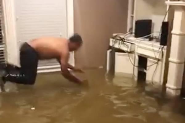 Familia atrapó un pez en su casa tras inundación en Houston