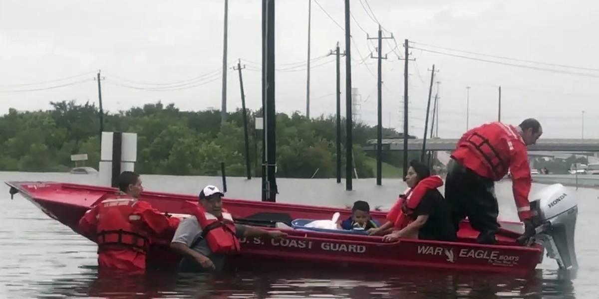 Cientos de personas esperan ser rescatados en Houston tras paso de Harvey