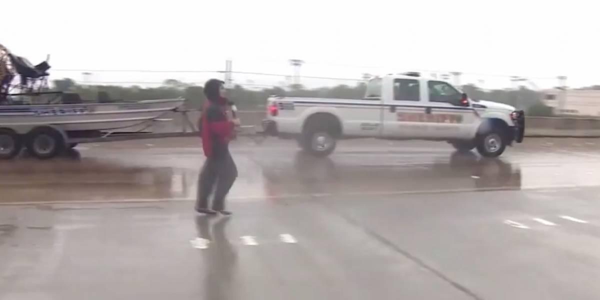 Reportera salva vida de hombre atrapado en agua en Texas