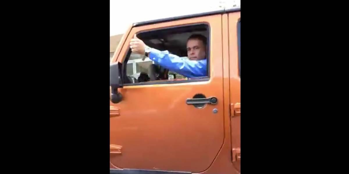 Graban a Santini estacionado en una acera