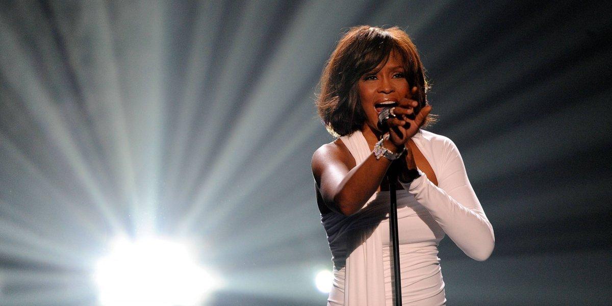 Revelan que Whitney Houston tuvo una relación con otra mujer