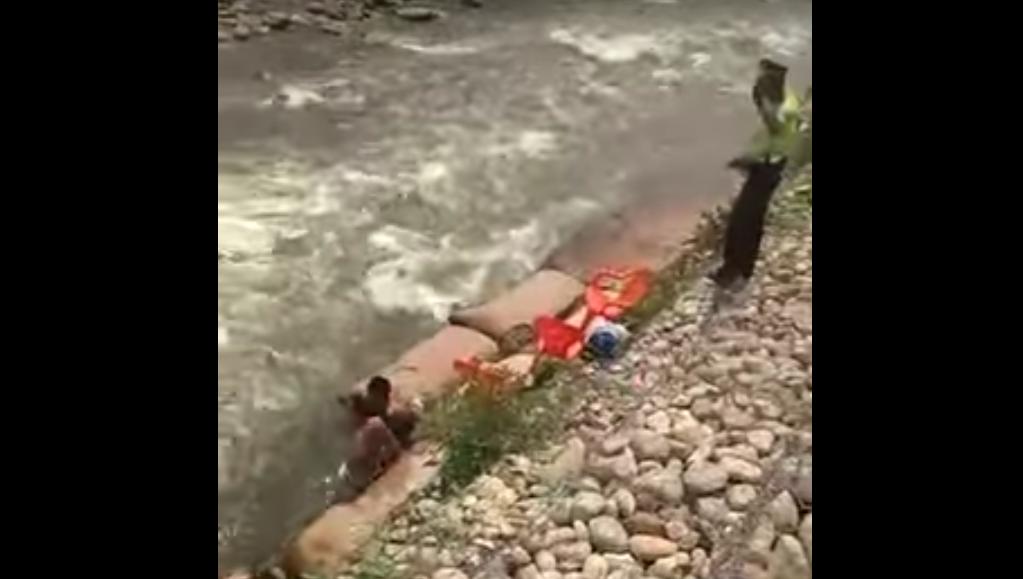 Policía descubre a pareja teniendo relaciones íntimas en un río y los interrumpió para multarlos